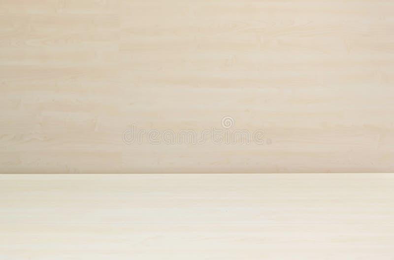 Texturerade den wood modellen för Closeupyttersida på det wood skrivbordet med den suddiga wood väggen bakgrund under fönsterljus royaltyfri fotografi
