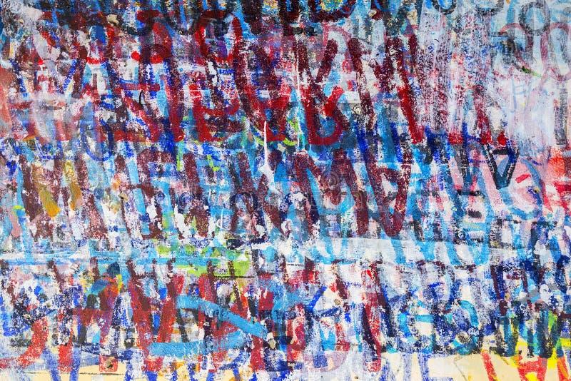 Texturgrafik malte Hintergrund von multi farbigen Buchstabelinien und -zahlen stockbild