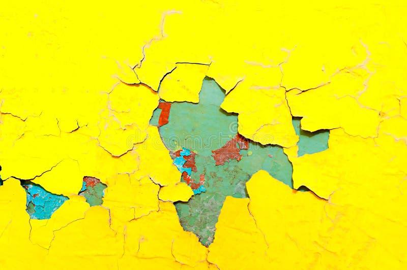 Texturice el fondo de la pintura amarilla y azul brillante de la peladura en la vieja superficie áspera de la textura imágenes de archivo libres de regalías