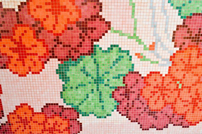 Texturice el mosaico de cerámica brillante, rojo, rosa, con una flor verde, hecha a mano, muchos elementos de una forma de la flo fotos de archivo