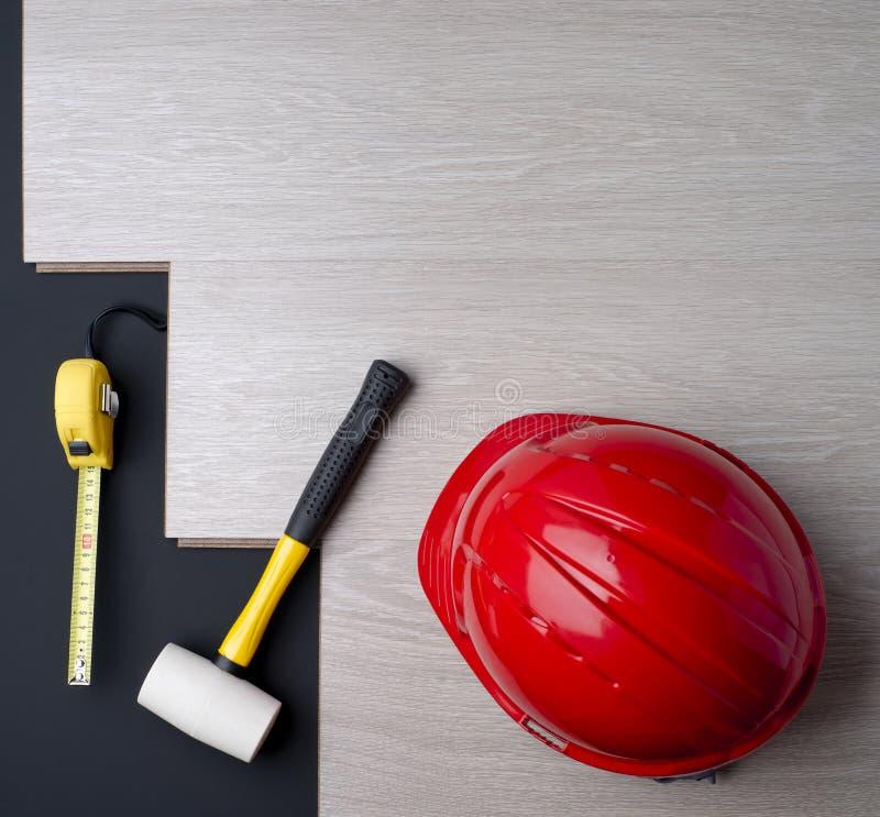 Texturice la lamina y las herramientas con un casco rojo imagen de archivo libre de regalías