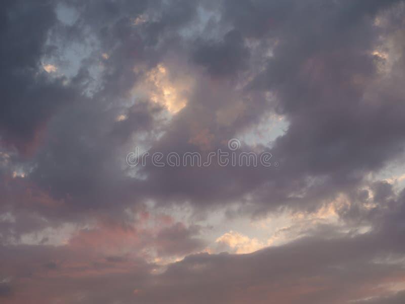 Textuur, achtergrond, patroon De zonsondergang of de dageraad kleurde oranje wolken, roze, donkerblauw, pastelkleuren Romantische royalty-vrije stock foto