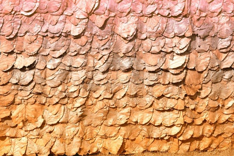 Textuur en achtergrond van Uitstekend die dak met droog teakblad wordt gemaakt stock foto