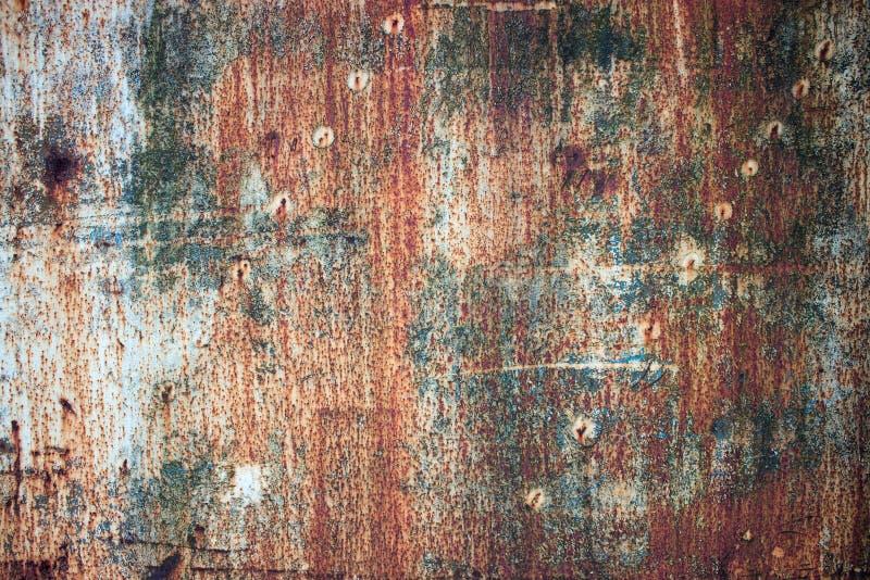 Textuur rustiek ijzer, pellende verf op roestig metaal stock foto's