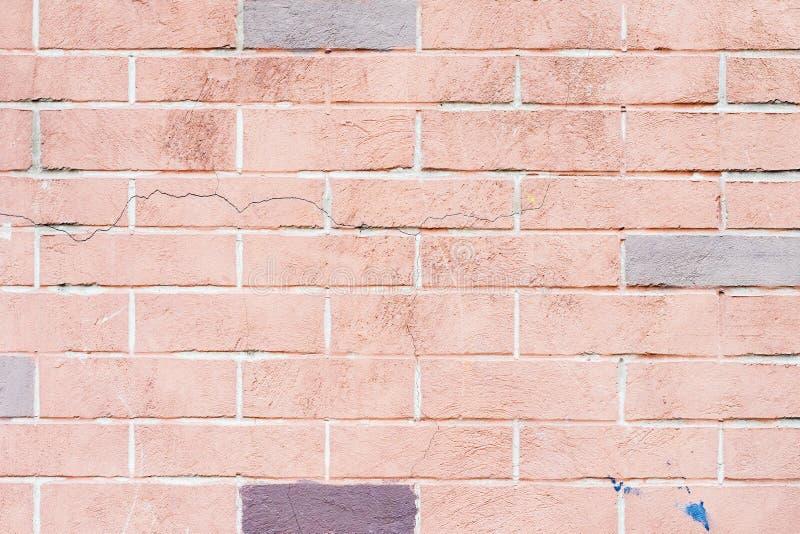 Textuur van beschadigde gebarsten rode bakstenen muur Voor moderne achtergrond, patroon, behang, bannerontwerp stock fotografie