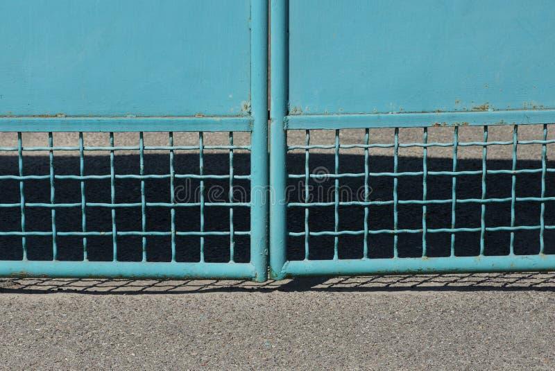Textuur van blauw ijzertraliewerk op metaalpoorten stock afbeeldingen