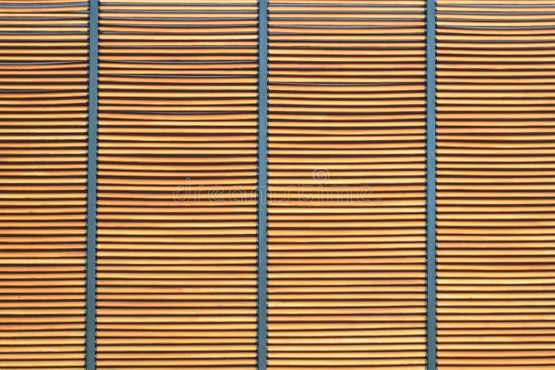 Textuur van bruine houten latmuur met metaal voor achtergrond stock afbeelding