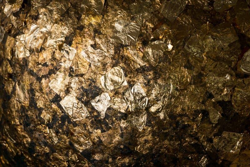 Textuur van de bladgouddekking op het standbeeld van Boedha in tempel, Thail stock afbeelding