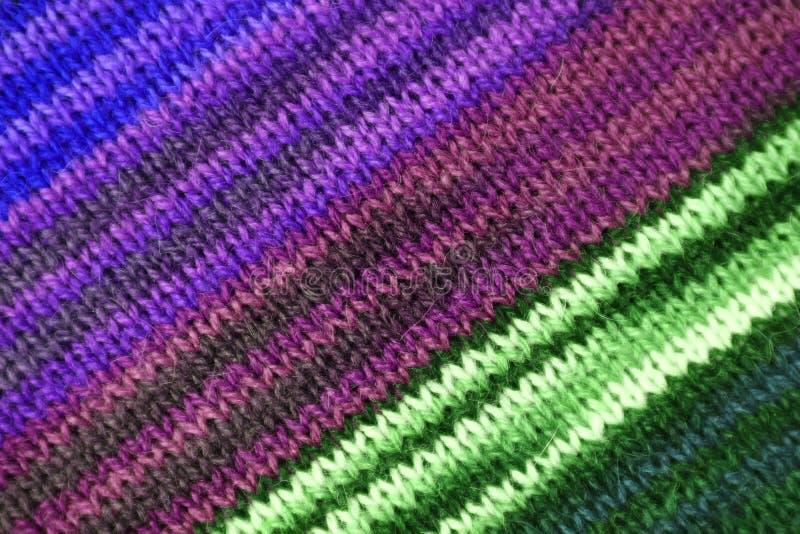 Textuur van de Diagonale Streeppatronen van Purpere en Groene Kleur Gestemde Alpaca Gebreide Wolstof royalty-vrije stock foto