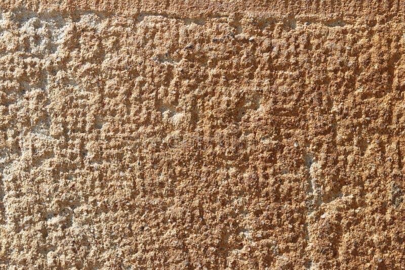 Textuur van de kalksteen de gele hulp Naturale bruine concrete muur en vloer als achtergrond Decoratie van gebouwen en landschap stock afbeelding