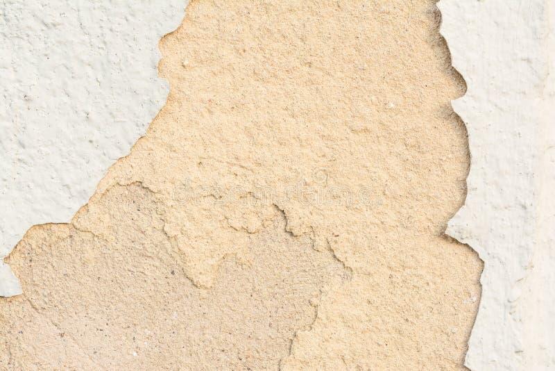 Textuur van de muur met een vernietigde laag van verf en vernietigde lagen van pleister van zand-kalk mortier royalty-vrije stock foto