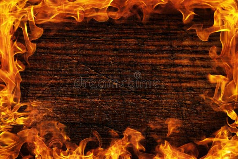 Textuur van donker hout en kader uit de brand Houten bruine textuur rond de brandende heldere vlam Achtergrond van oude panelen royalty-vrije stock fotografie