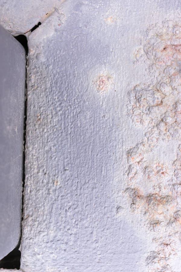 Textuur van een metaalrooster met roestbellen stock foto
