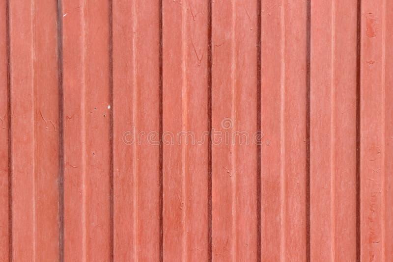 Textuur van een oud golf-vormig die metaalblad in rood wordt geschilderd royalty-vrije stock afbeeldingen