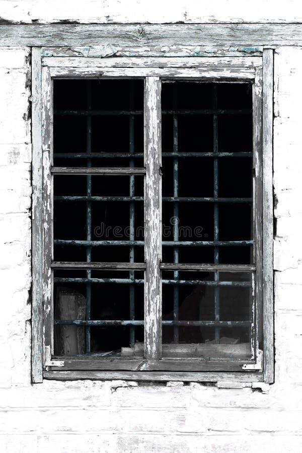 Textuur van een oud uitstekend venster in een houten kader tegen een whi stock foto's