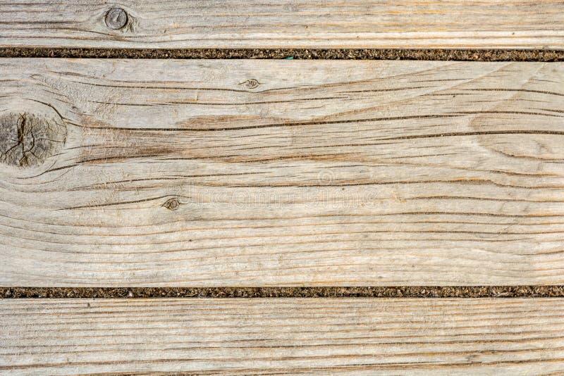 Textuur van een oude houten muur, oud droog hout met heel wat barsten en schilvezels, close-up abstracte achtergrond stock afbeelding