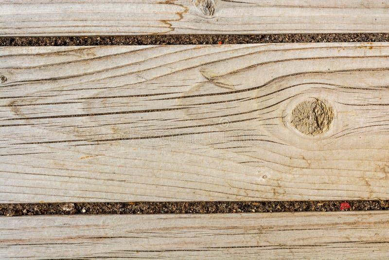 Textuur van een oude houten muur, oud droog hout met heel wat barsten en schilvezels, close-up abstracte achtergrond stock foto