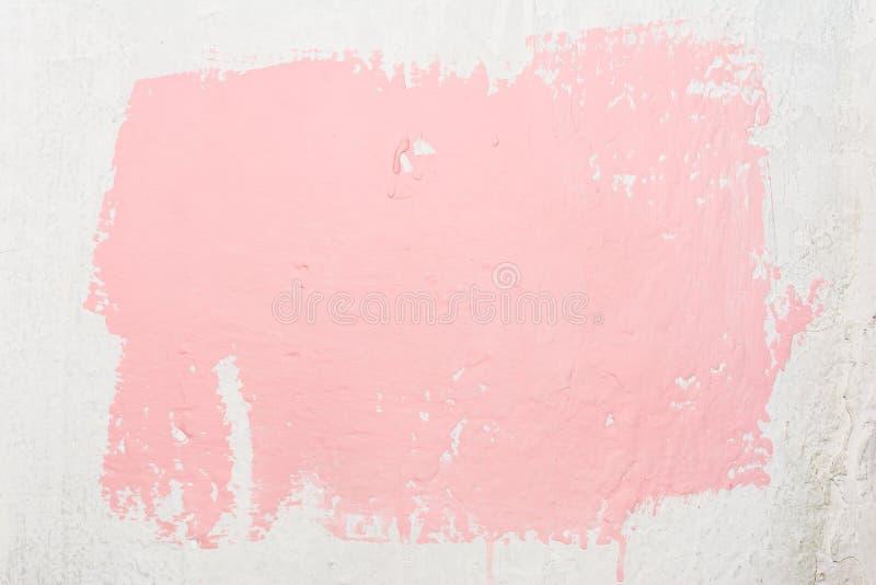 Textuur van een oude ongelijke witte muur met een abstracte vlek van roze die kleur, met een borstel wordt geschilderd die verspr stock foto's