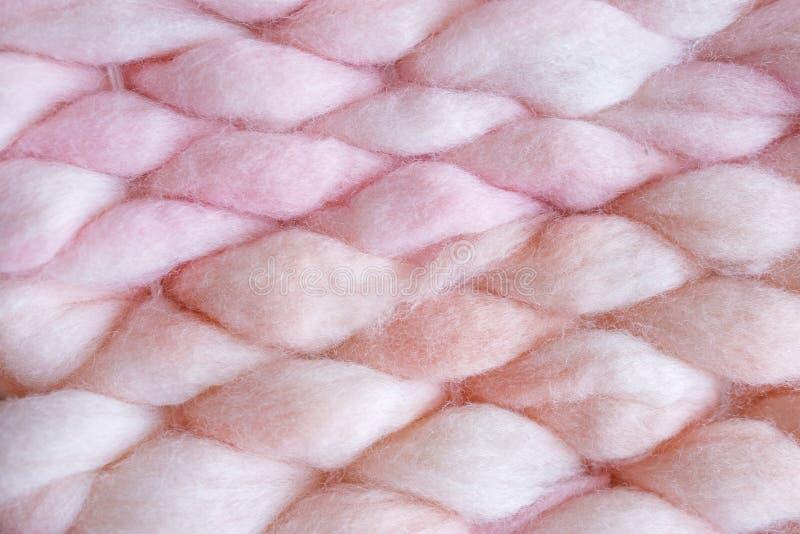 Textuur van een roze grote messendeken. Grote breien. Naaldmerinowol. Bovenaanzicht stock afbeeldingen