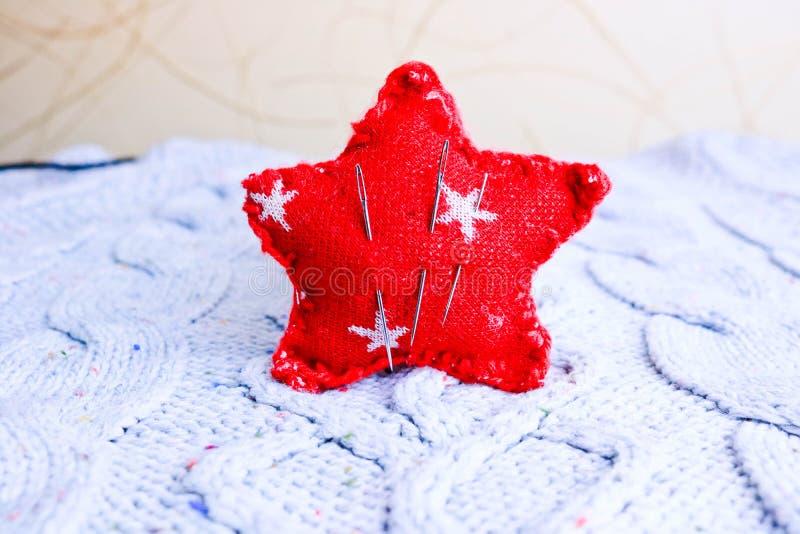 Textuur van een zachte warme natuurlijke sweater, een stof met een gebreid patroon en een naaldstootkussen voor het naaien Vlak l stock foto