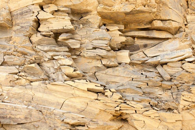 Textuur van gelaagde steen in bergachtig terrein royalty-vrije stock foto