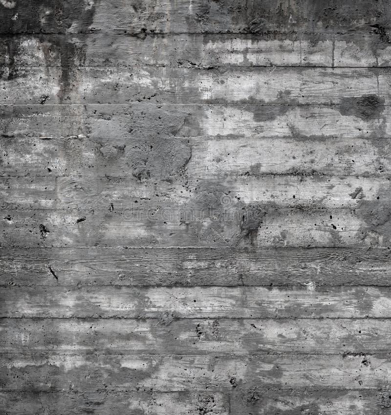 Textuur van houten die bekisting op een ruwe concrete muur wordt gestempeld royalty-vrije stock foto's