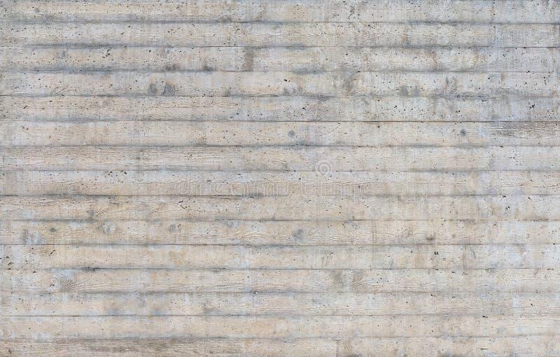 Textuur van houten die bekisting op een ruwe concrete muur wordt gestempeld stock afbeeldingen