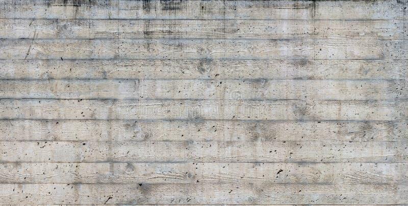 Textuur van houten die bekisting op een ruwe concrete muur wordt gestempeld stock fotografie