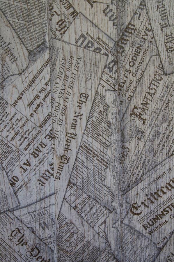 Textuur van houten raad met kranten Houten structuur en druk Zwart-witte achtergrond stock afbeeldingen