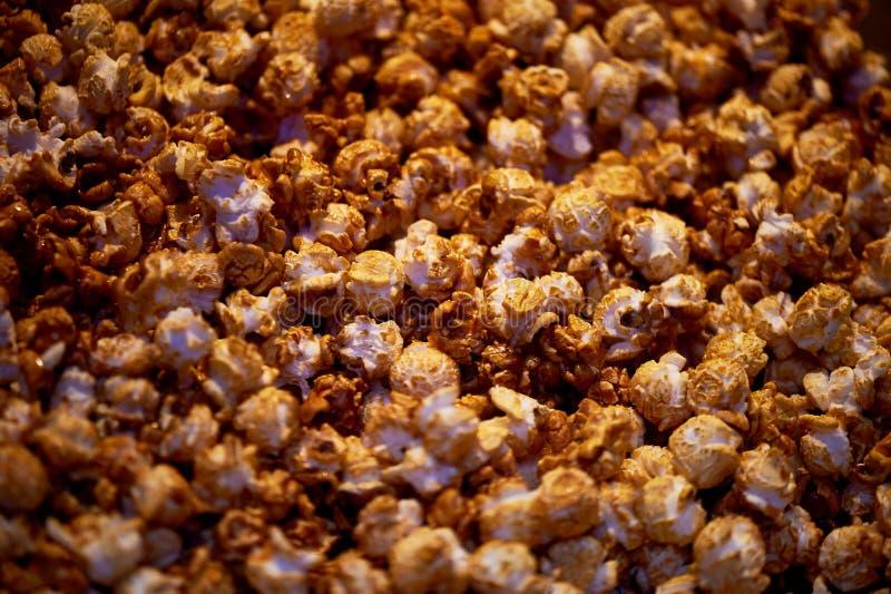 Textuur van karamel zoete popcorn dicht stock afbeeldingen