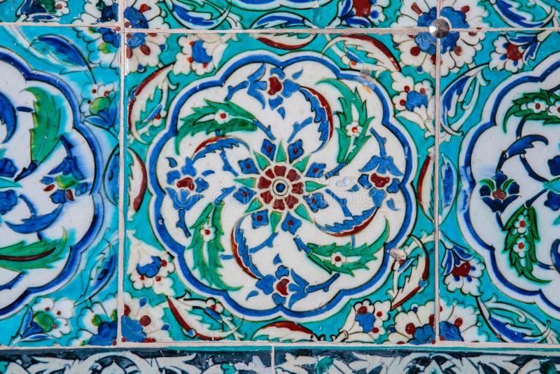 Textuur van keramische tegels in de oosterse stijl van het Oosten Turkse die keramische tegels op de muur worden gevoerd Oud azul stock foto