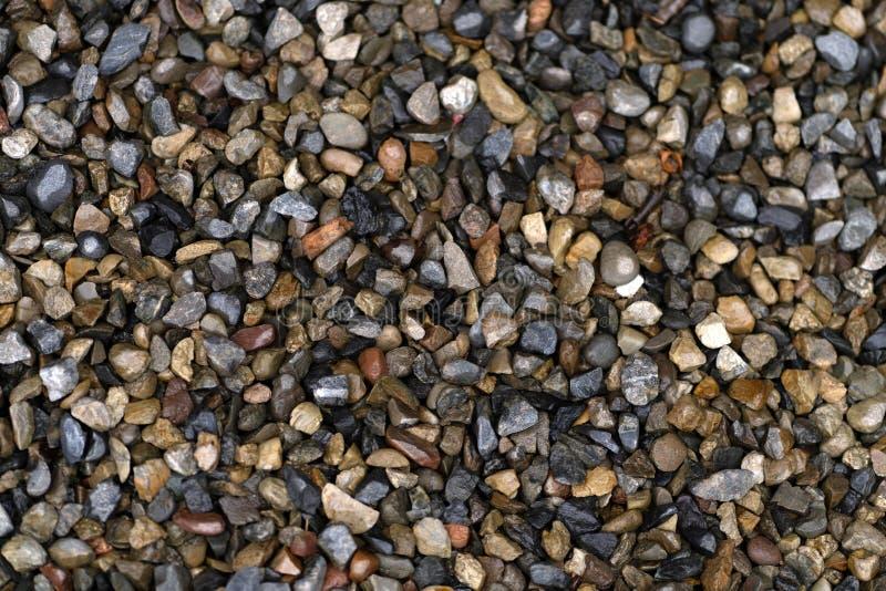 Textuur van kleine natte stenen in de regen, achtergrond stock afbeeldingen