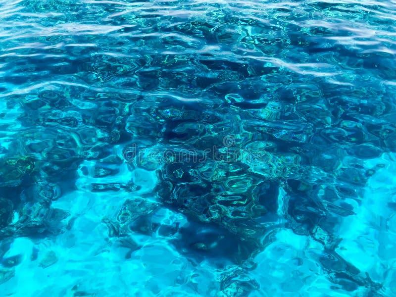 Textuur van mooi blauw overzees-transparant transparant nat-traliewerk, gloeiend zout water, overzees, oceaan, achtergrond van ov stock afbeeldingen