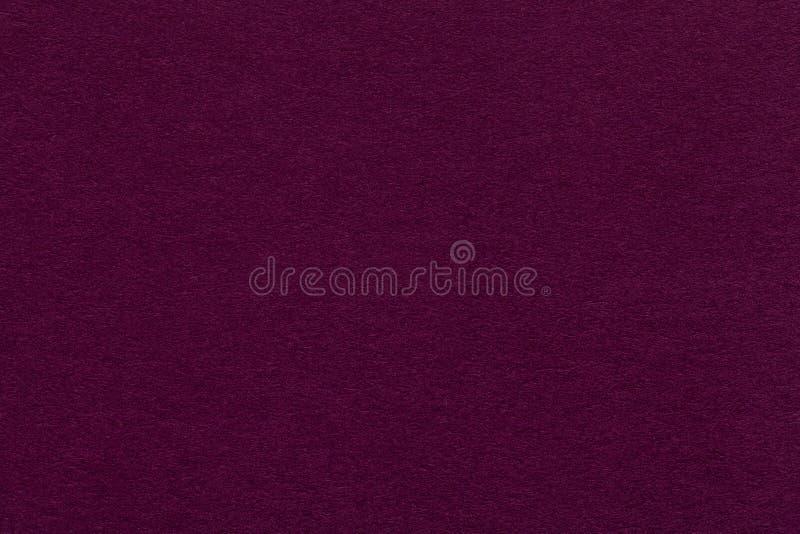 Textuur van oude donkere purpere document close-up Structuur van een dicht karton De magenta achtergrond stock foto