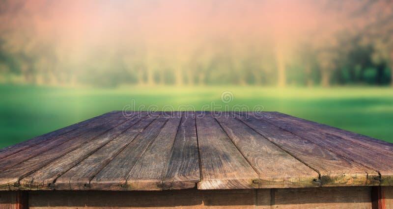 Textuur van oude houten lijst en groen park backgroun stock afbeelding
