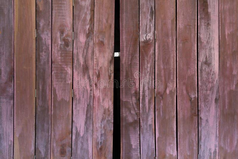 Textuur van oude houten vouwende deuren stock foto