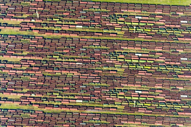 Textuur van oude spoorwegtreinen en roestige containers stock foto