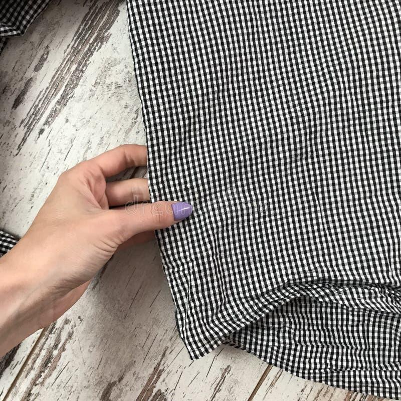 Textuur van plaidoverhemd met houten achtergrond stock fotografie
