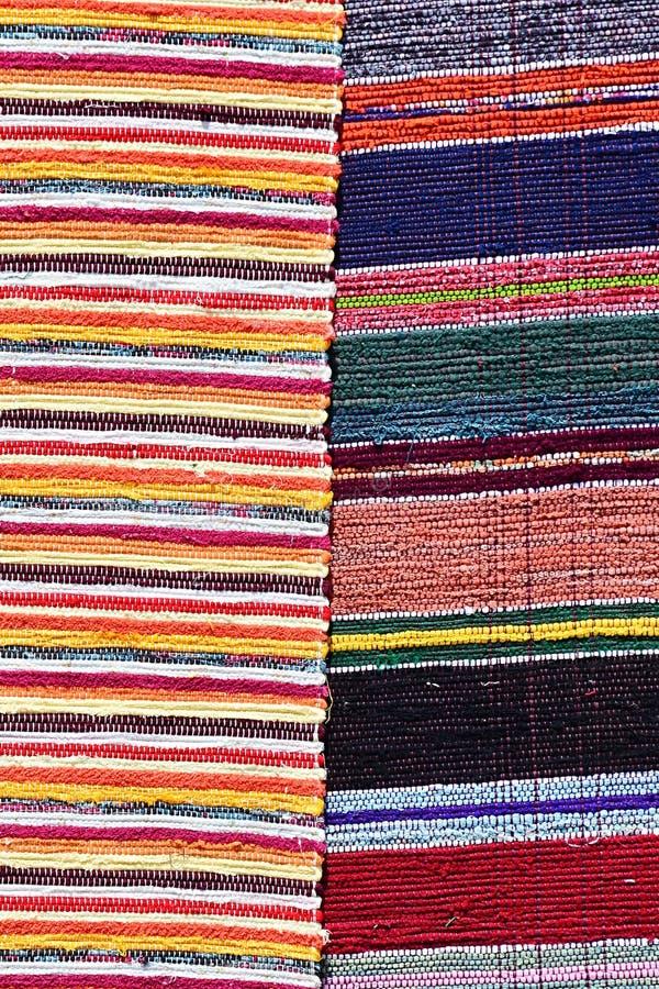 Textuur van pluizig met de hand gemaakt die tapijt op hand-weefgetouw, patroon wordt geproduceerd van twee verschillende kleurrij stock fotografie