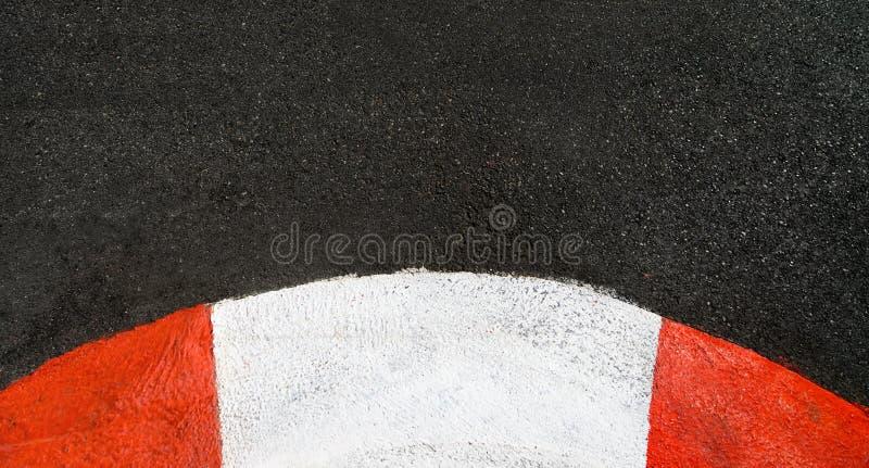 Textuur van race asfalt en de gebogen kring van randgrand prix royalty-vrije stock afbeelding