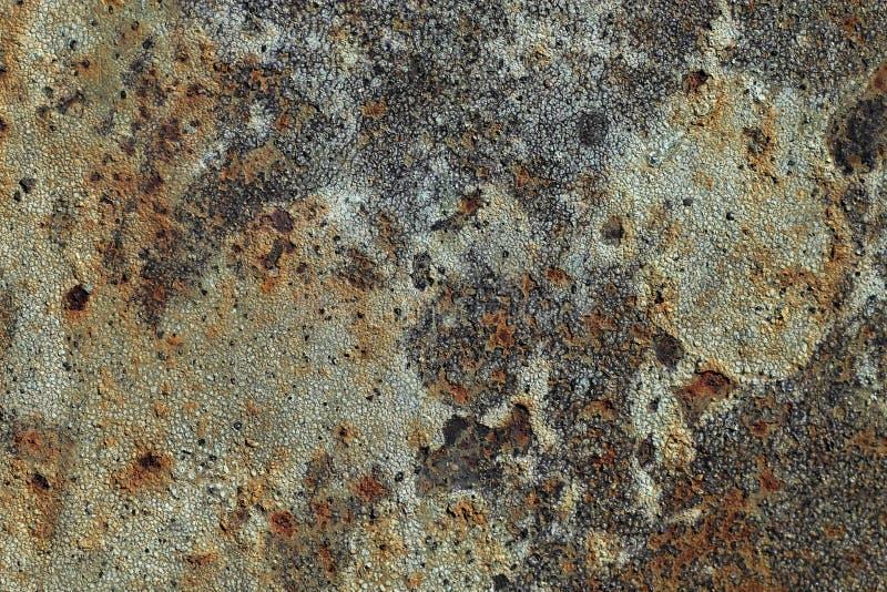 Textuur van roestig ijzer, gebarsten verf op een oude metaaloppervlakte, blad van roestig metaal met gebarsten en vlokkige verf,  stock fotografie
