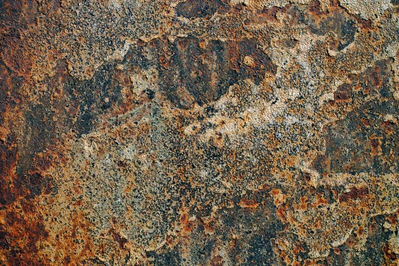 Textuur van roestig ijzer, gebarsten verf op een oude metaaloppervlakte, blad van roestig metaal met gebarsten en vlokkige verf,  stock foto's