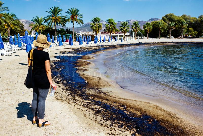 Textuur van ruwe oliemorserij op zandstrand van het ongeval van de oliemorserij, Agios Kosmas-baai, Athene, Griekenland, 14 Septe royalty-vrije stock afbeeldingen