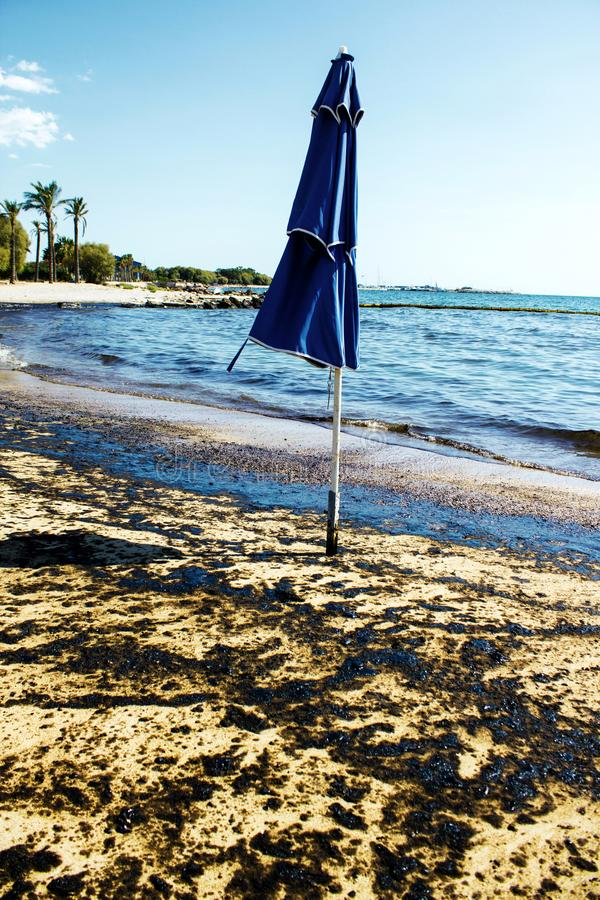 Textuur van ruwe oliemorserij op zandstrand van het ongeval van de oliemorserij, Agios Kosmas-baai, Athene, Griekenland, 14 Septe stock foto's
