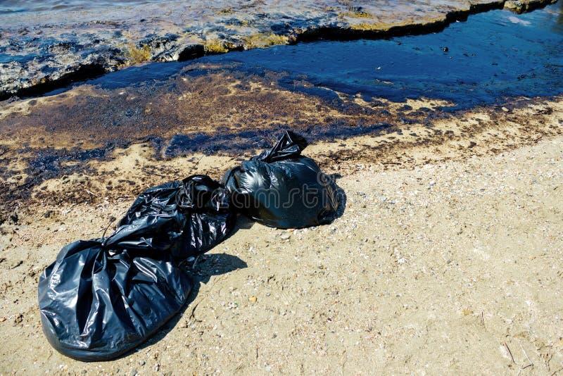 Textuur van ruwe oliemorserij op zandstrand van het ongeval van de oliemorserij, Agios Kosmas-baai, Athene, Griekenland, 14 Septe stock afbeeldingen