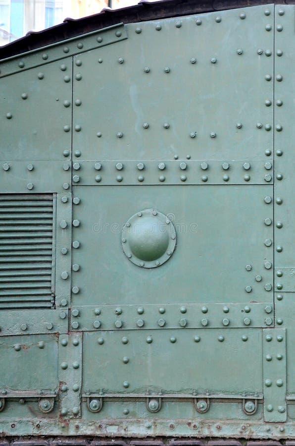 Textuur van tankzijgevel, die van metaal wordt gemaakt en die met een massa bouten en klinknagels wordt versterkt stock afbeeldingen