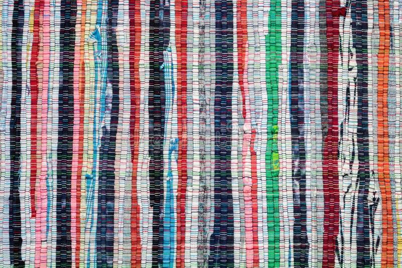 Textuur van uitstekend gestreept geweven tapijt stock foto