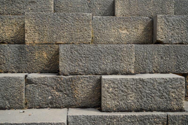 Textuurachtergrond van doorstane oude natuurlijke schone de steenbakstenen muur van de besnoeiingsrechthoek in lichtgrijs met gez stock afbeelding