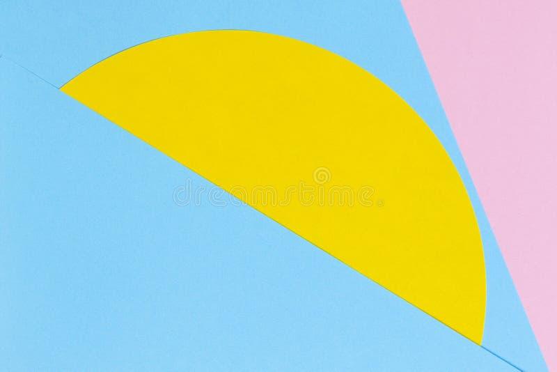 Textuurachtergrond van manierdocumenten in de meetkundestijl van Memphis Gele, lichtblauwe en pastelkleur roze kleuren royalty-vrije stock afbeelding