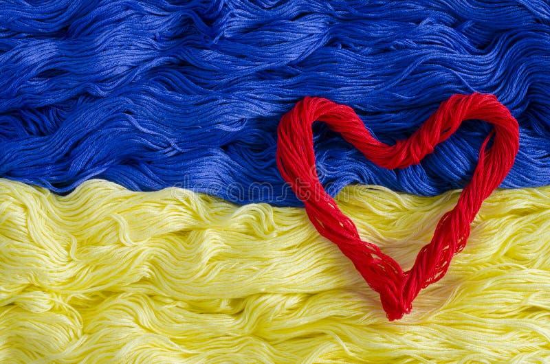Textuurdraad met het beeld van de vlag van de Oekraïne en hart royalty-vrije stock foto's